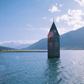 Südtirol gilt zu Unrecht als Region, die vor allem konditions- starken Radfahrern viel zu bieten hat. So lässt sich etwa die wunder- bare Welt der Dolomiten bis hinun- ter zu den steilen Nordufern des Gardasees ganz gemütlich und fast ohne anstrengende Steigungen er- obern. Eine einwöchige Radreise mit Gepäcktransport durch dieses Eldorado für Genussfahrer hat zum Beispiel der Radreise-Spezialist Eurobike (www.eurobike.at) im Angebot. Ausgangspunkt der Euro- bike-Tour ist die alte Bischofs- stadt Brixen. Von Brixen geht es erst einmal in Richtung Nordosten zu einer Extratour ins Pustertal bis Bruneck oder Toblach. Die Hinfahrt wird via Bahn bewältigt, retour radelt man dann 65 Kilometer immer leicht bergab hinein in den Brixener Talgrund. Von Brixen aus verläuft die Tour nach dem Abste- cher ins Pustertal in südliche Rich- tung nach Klausen. Von dort führt der Weg ohne Mühe stetig leicht bergab immer dem Flusslauf der Eisack entlang nach Waidbruck. Ab Waidbruck fährt man bis kurz vor Bozen. Am vierten Tag der Radrei- se ist der rund 30 Kilometer ent- fernte Kalterer See das Tagesziel. Auch die nächste Tagesetappe – von Kaltern in das rund 50 Kilo- meter entfernte Trient. Der Weg folgt dem Etschdamm und schlän- gelt sich dann weiter über die Salurner Klause ins bekannte Tren- tiner Weingebiet. Am letzten Tag der Radreise heißt das Ziel Riva: 45 Kilometer ist das malerische Städtchen am Nordufer des Garda- sees von Trient entfernt.