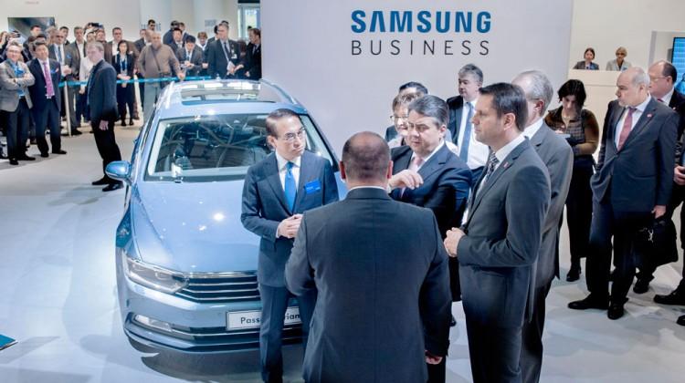 Hoher Besuch: Auch Vizekanzler Sigmar Gabriel überzeugte sich aus erster Hand von den neuen Samsung Business Lösungen.